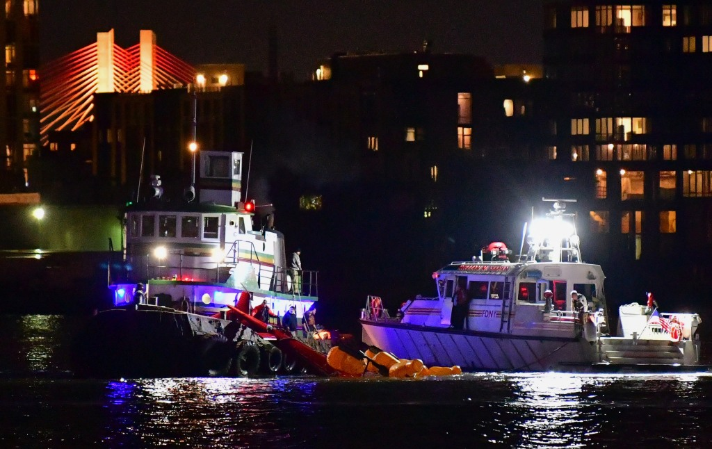 At Least 2 Dead As Helicopter Crashes Into New York City's East River