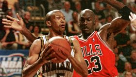 Jalen Rose (L) of the Indiana Pacers tries to get